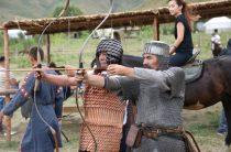 Тарихтағы батырлардың шайқаста қолданған қаруын ұстап, сауыт саймандарын киіп көруге мүмкіндік бар