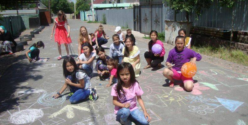 Рисуют дети в Каскелене, на улице Гагарина